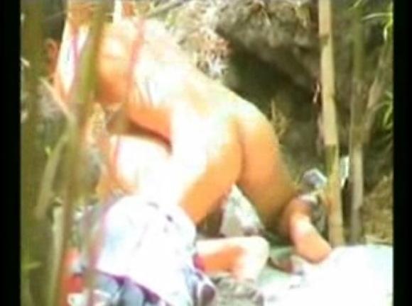カップルの青姦無料主観動画。盗撮林の中で発情してしまった青姦カップル!公園盗撮動画です!