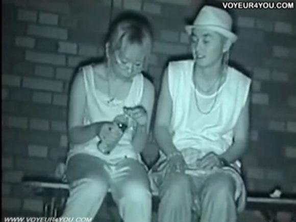 カップルの盗撮無料ハメ撮り動画。盗撮ナウいカップルが口の中に精液を出される!公園盗撮動画です!