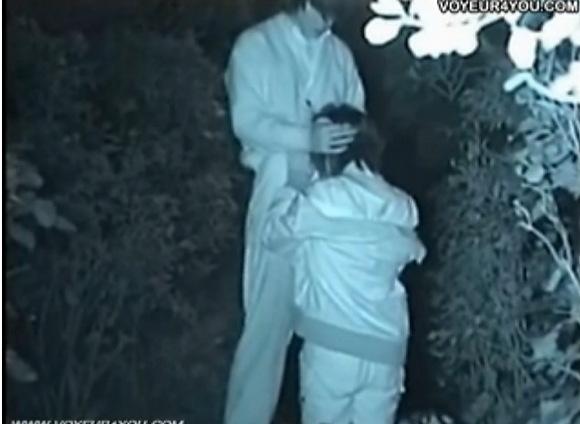 彼女のフェラ無料ハメ撮り動画。[盗撮]公園の木立のかげで仁王立ちで彼女にフェラチオ!公園盗撮動画です!