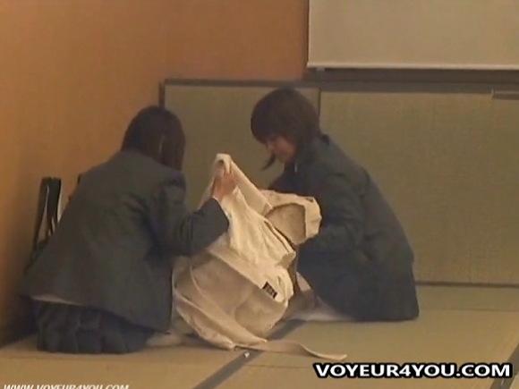 更衣室にて、素人女性の盗撮無料hamedori動画。[盗撮]二人の学生が部室の隅で着替え!更衣室盗撮動画です!