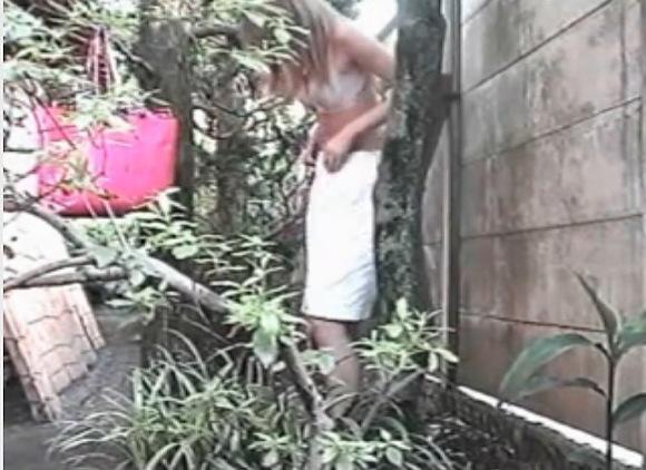 美人の盗撮無料ハメ撮り動画。[盗撮]セクシー美人が屋外でパンツを脱ぎます!オナニー盗撮動画です!