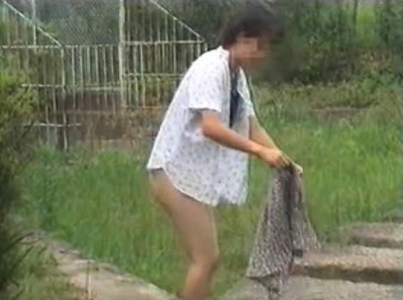 ノーパンのお姉さんの盗撮無料ハメ撮り動画。盗撮若いお姉さんが屋外でノーパンに!露出盗撮動画です!