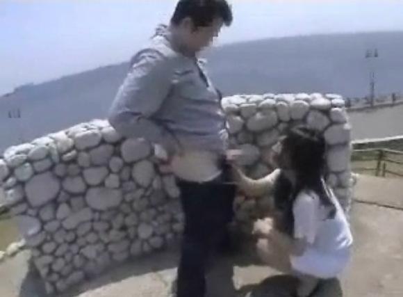 カップルの青姦無料エロハメ撮り動画。[盗撮]彼女にリゾートでフェラチオします!カップル青姦動画です!