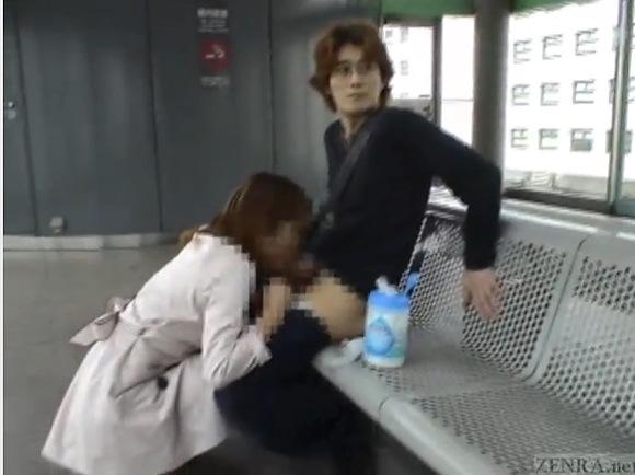 彼女の青姦無料主観動画。[盗撮]彼女に登山鉄道のホームでフェラチオ!カップル青姦動画です!