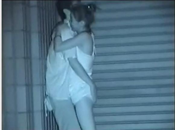 カップルの盗撮無料エロハメ撮り動画。[盗撮]終電を逃したカップルは青姦!公園盗撮動画です!