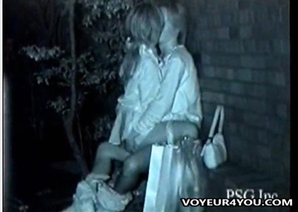 彼女の盗撮無料syukan動画。盗撮彼女を上に乗せてるアベック!公園盗撮動画です!