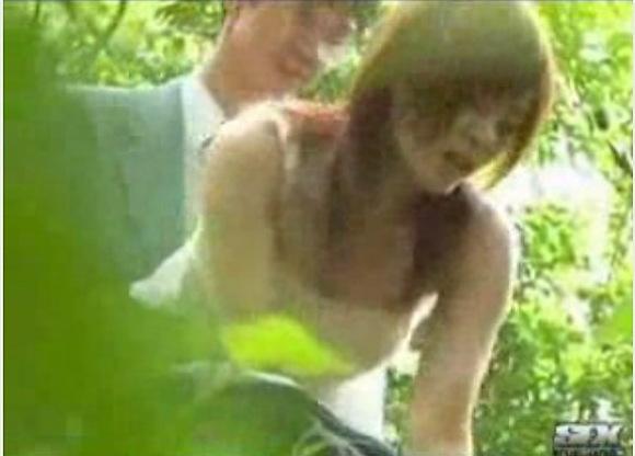 盗撮無料ハメ撮り動画。盗撮森の中で立ちマンしてる!公園盗撮動画です!