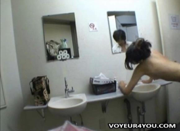 カップルの盗撮無料syukan動画。盗撮控え室でファックしてるカップル!セックス盗撮動画です!