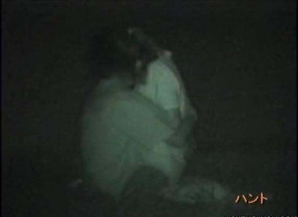 カップルの盗撮無料エロハメ撮り動画。[盗撮]熱愛カップルがイチャイチャしてファック!公園盗撮動画です!