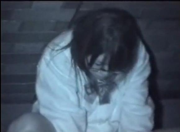 メガネの素人女性の盗撮無料ハメ撮り動画。[盗撮]メガネのオタク娘がセックス!公園盗撮動画です!