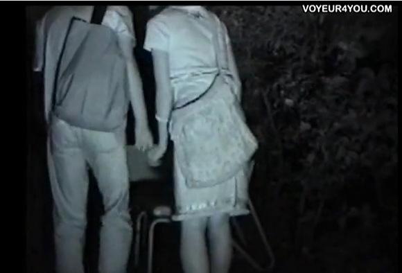 盗撮無料主観動画。盗撮若い男女はベンチで勃起!公園盗撮動画です!
