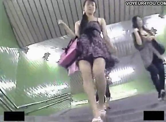 お嬢様のパンチラ無料エロハメ撮り動画。[盗撮]階段を歩くパンチラお嬢様!パンチラ盗撮動画です!