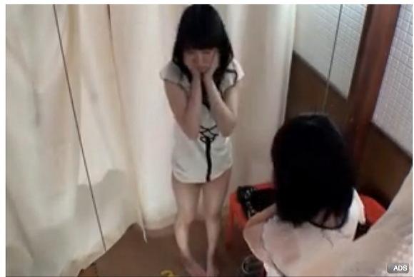 [盗撮]水着試着でイケメン店員にセクハラされた!更衣室盗撮動画です。