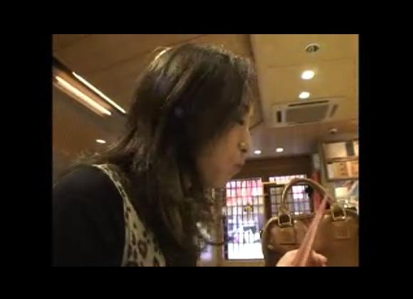 [盗撮]恋に揺れる人妻!まずは旅館で飯だ飯だ!!企画巨乳動画です。
