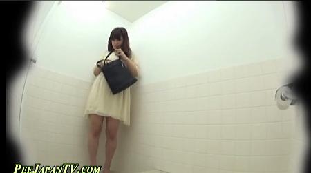 【スカトロ】公園の公衆トイレ!なかなか個室があかないが、ようやく入っておしっこの可愛い美少女!