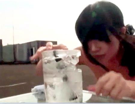 【スカトロ】おしっこゲーム!氷の中の指令書を溶かせ!