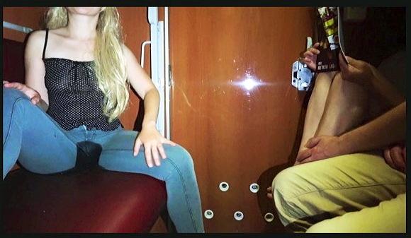 電車の中で公共のブロンドのベイビー小便パンツ-レギンスでおしっこ絶望-極端な公共の放尿!