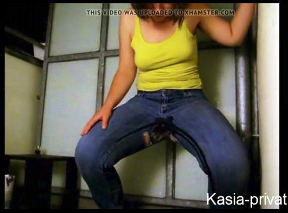 『Kasia-Privat Pisst sich in die Hose』【カシア Kasia+ジーンズ+穴あき+お漏らし+失禁+室内+個人撮影】