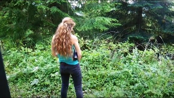 【女性立ちション】女性用の立ちションマシーンです。ラウシェルさんが森の中で実践してみせます