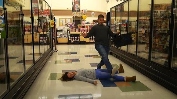 【赤ちゃんプレイ】急に幼児に戻ってしまった奥さんがスーパーでだだをこねて床で転がって大暴れしています