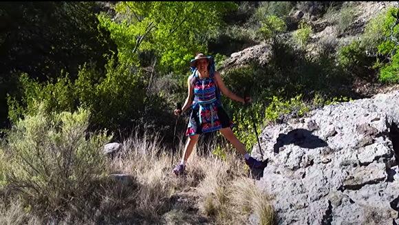 【女性立ちション】女性が登山やハイキングに行って野外で立ちションをする方法です