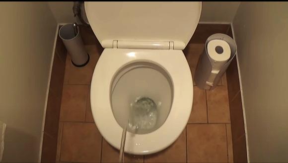 【トイレ】水をたくさん飲んでしまったおっさん。トイレで小便が止まらなくなりすべてを破壊しつくします。