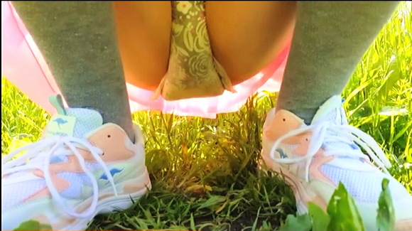 『DIAPER GIRL WETS HER PULL UP AND LEAKS OUTDOORS』【リトル・レディ・ルミLittle Lady Lumi+BDSM+ABDL+幼児プレイ】