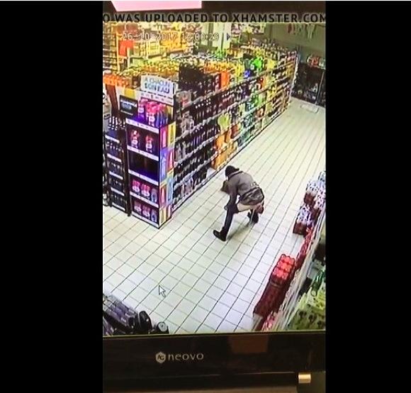 lady pee at supermarketスーパーでおしっこをする女性