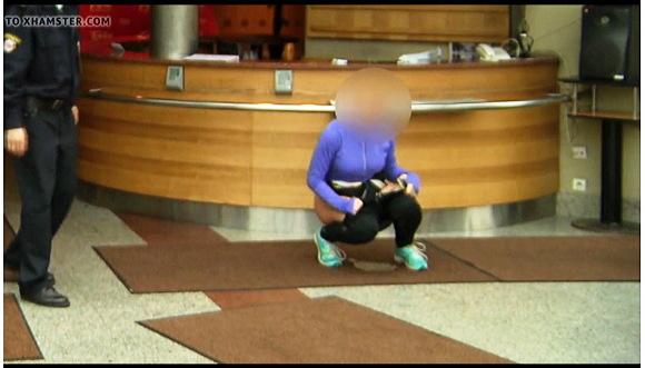 『ロビーでおしっこ』Peeing in the lobby