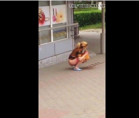 『通りで美しい女の子の小便』Beautiful girl pisses on the street