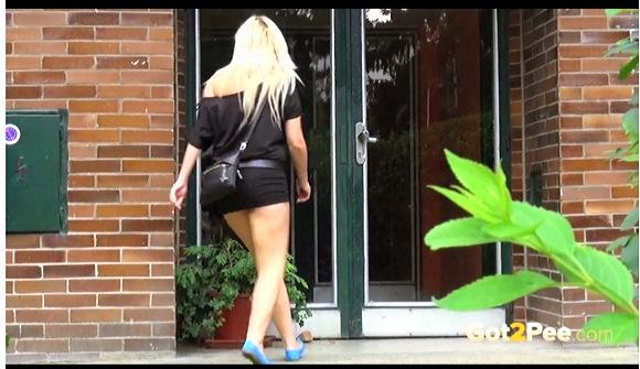 女性立ちション『かわいいブロンドお姉さんが公共の場で立ったまま放尿します』他