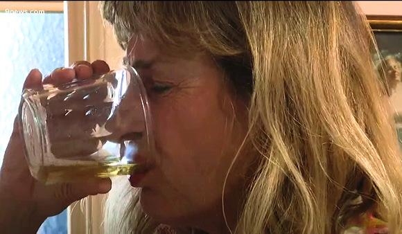 飲尿動画『マン ウーマン ワイルド。エピソード1、おしっこを飲む』他