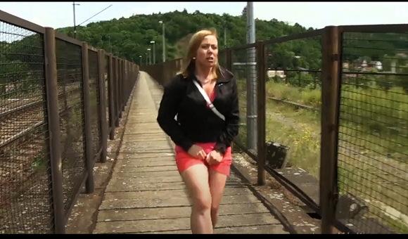 あなたは必死におしっこ我慢をしましたが、橋は果てしなく長く、もう限界でした、他