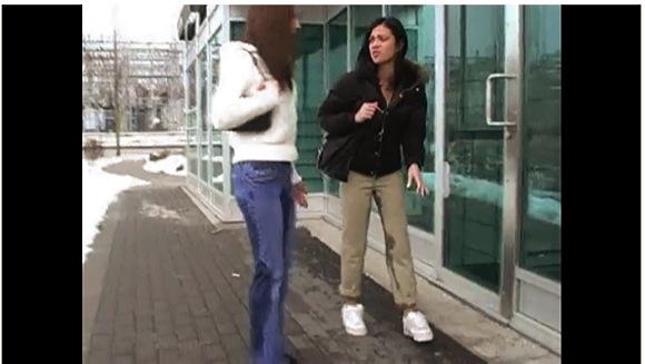 【着衣お漏らし+ineed2pee】『マンディさん&アレックスさんが街頭でアクシデントです』他【動画】