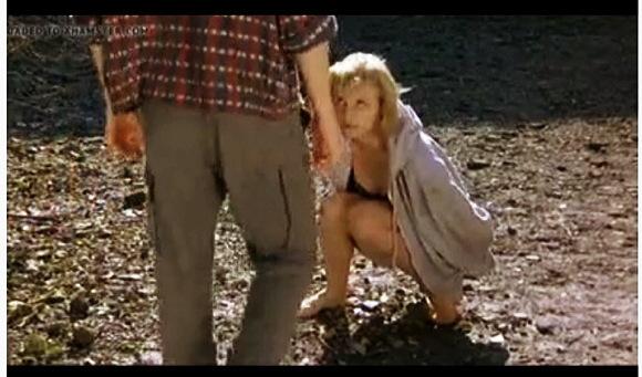 【野良ション】その辺で野良ションをしてみせる彼女。彼氏がおしっこを触って舐めます『放尿シーン』他【動画】