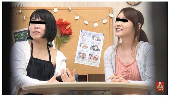 隠撮 海の家 便所駆け込み全裸大放尿 2 1/2