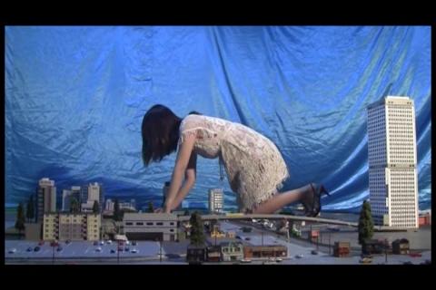 【ギガンテス】ハイヒールの巨大女が空港に現る!おっさんを捕まえて食ってます。これは危険なクラッシュですね。