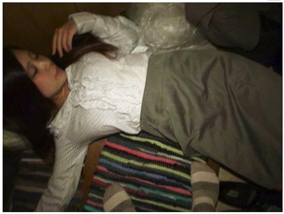 【泥酔+OL+強姦】酔っ払って道で寝ていた女を自宅に持ち帰って性欲のはけ口に使った。01!これはやばいメガネの真面目そうなOL。チンチンを挿入してしまいます