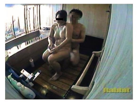 【風呂+カップル+盗撮】盗秘撮 いちゃつきSEX風呂 1!これは危ない家族風呂のバカップルを隠し撮り。やっぱりチンポコ入れてました