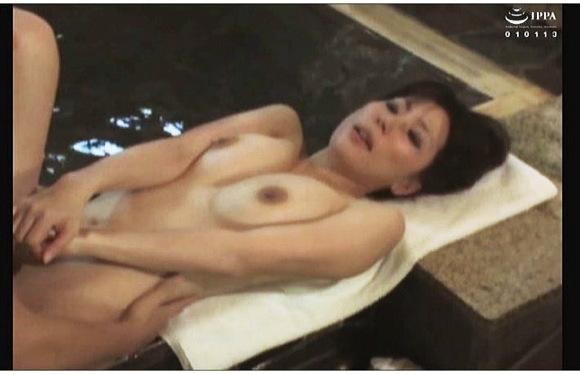 『混浴風呂でイチャついてるカップルの女に生挿入』【サンプル動画+画像10枚】