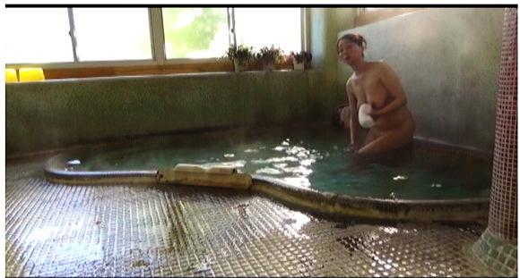 【風呂】やはり一人で旅行する女はセックスがしたいんですね。『人里離れた山奥にある温泉宿 混浴風呂に仕込んだカメラが捉えたワイセツ映像の数々 混浴温泉㊙盗撮 Part2』【サンプル動画+画像10枚】
