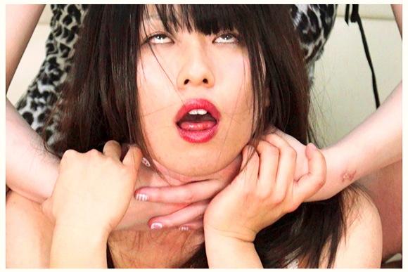 【首絞め】発狂した高身長女が部屋に侵入して美少女の首を締めて首を吊ります。『高身長首絞め狂が低身長女子を首絞め暴行 2』【サロメ+窒息+首吊り+リョナ+殺人+スナッフビデオ+殺人ビデオ+絞殺+死体】