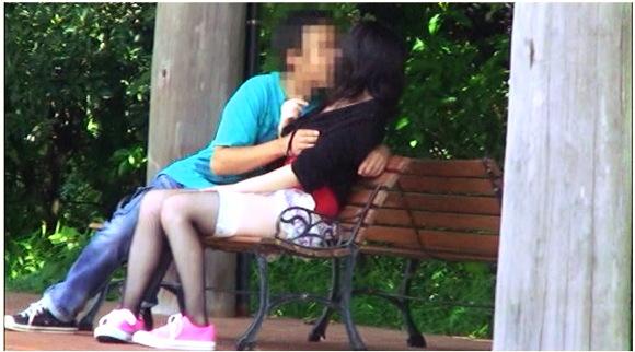 【青姦】公園のベンチでイチャイチャしているバカップル。チンチンをフェラチオしてしまいました『盗撮カップル 神動画pro 偶然撮れた他人のセックス』他【画像+動画】