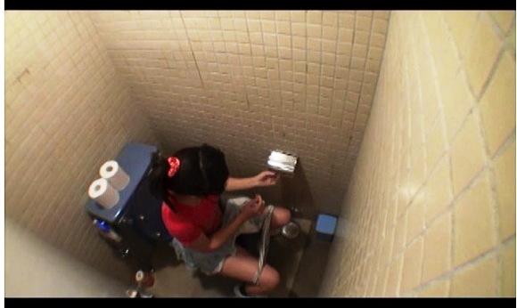 【トイレ+おしっこ+盗撮】これは危険なランドセルを背負ったアウロリJSやJC『裏流出!ロリータトイレ盗撮映像』【アイビーワークス+画像10枚】