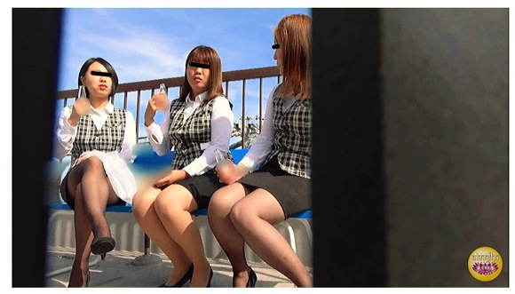 『まじめOL オフィス屋上悪ノリおしっこ』【サンプル動画+画像10枚】