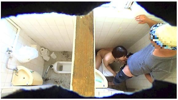 『真夏の30日間 海辺の公衆トイレ定点盗撮ドキュメント』【トイレセックス+青姦+泥酔】