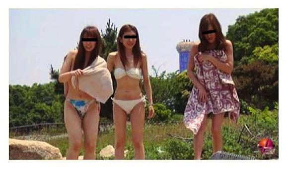 『BEACH盗撮2カメマンコアップ野ション~無節操な水着女子達~』【Phi+野外排泄+海水浴場+野ション】