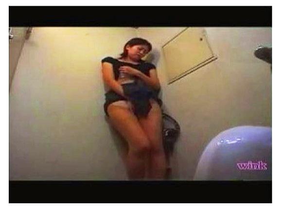 【トイレ盗撮】ウンコの匂いに興奮したのかオナニーを始める女性達たちが意外と多い