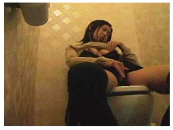 【トイレ盗撮】女性たちはおしっこやウンコをするときはこういう格好でしていたんですね