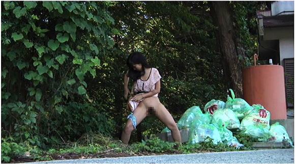 【女性立ちション】ゴミ捨て場でオマンコを出して立ちションしなくてもいいと思います